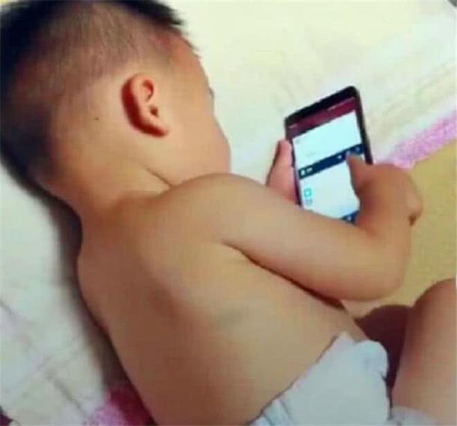 爸爸洗澡出来,发现2岁宝宝偷玩手机,看清楚画面后爸爸不淡定