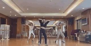 42岁孙莉跳爵士舞站C位,动作略奇怪,被民族舞影响太深