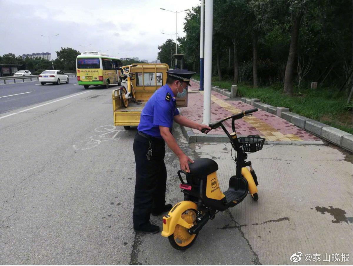 市城市管理局集中整治共享单车停放乱象