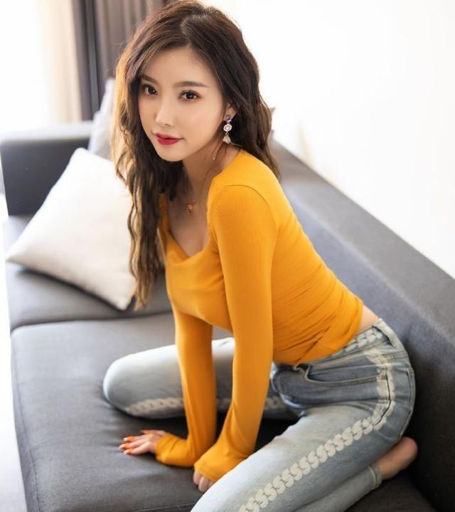 成熟的女人最迷人,小姐姐黄色单品秀性感身材