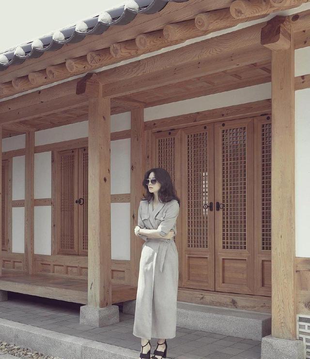 过了45岁的女人,学李英爱穿浅色系搭配,有高级感,显贵并不难