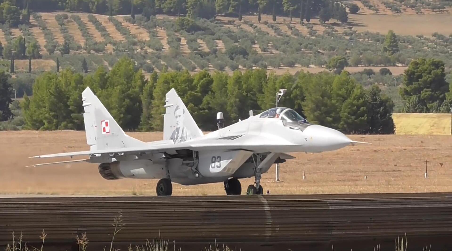 波兰空军3架米格-29战斗机,起飞后展示低空飞行姿态!