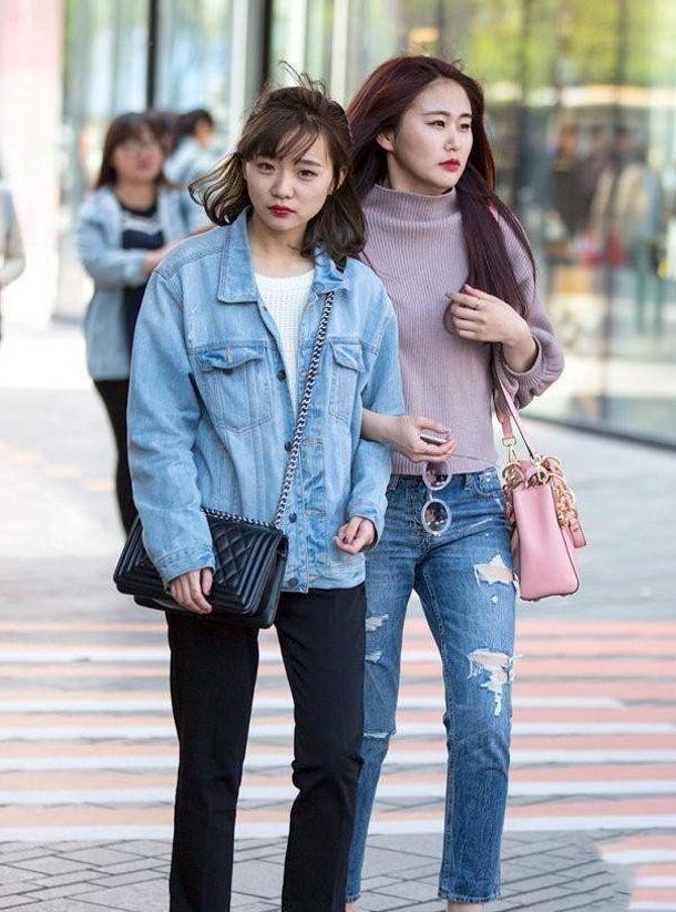 美女黑色皮裤展现曼妙身材,彰显青春和活力的气息