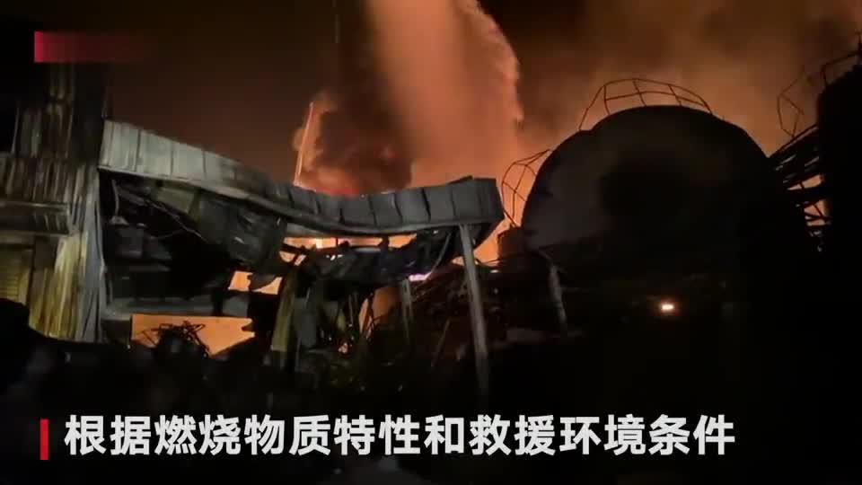 龙岩新能源企业爆炸救援现场 消防员彻夜救援后席地而睡