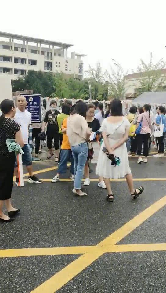 十二中考场门前的家长们,正在外殷勤地等着踩点考场的学生们