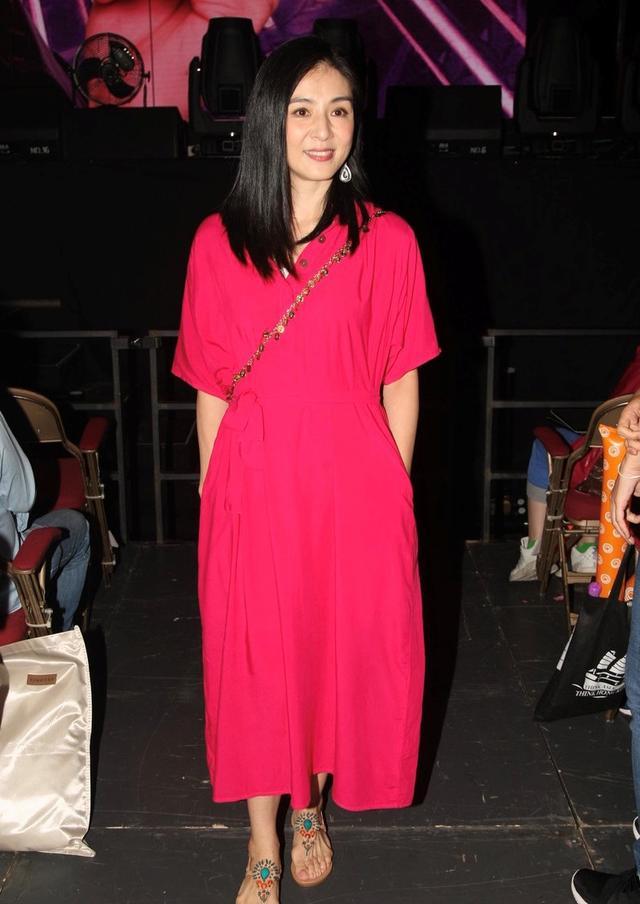 杨采妮的优雅气质从来没输过,穿玫红色连衣裙艳而不俗,美腻了