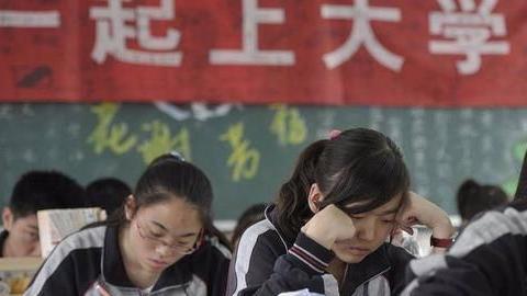 公办学校禁止招收复读生,民办学校高额复读费,预约家长络绎不绝