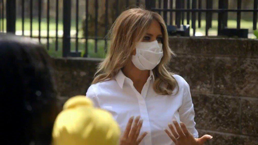 美国第一夫人戴口罩访问妇女中心