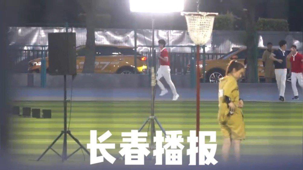 跑男团在长春市体育中心,又名南岭体育场录制结束,返回酒店
