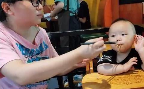 """1岁宝宝吃自助餐,宝妈看后直言""""饭量大"""",老板:不收费就赔本"""