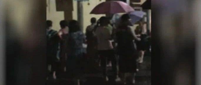 柳州一幼儿园招生,家长连夜在暴雨中排队!园方:连夜发号错峰报名