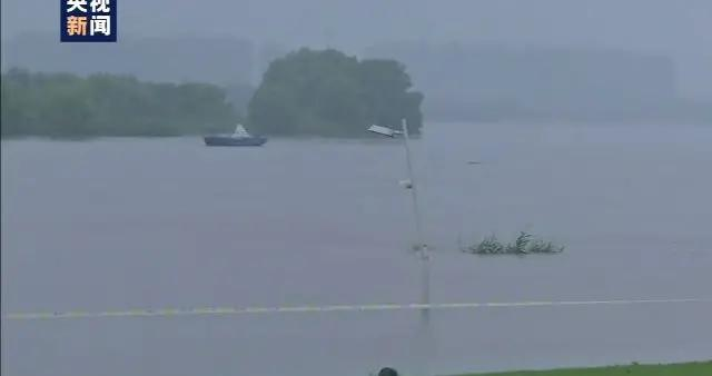 路灯淹没三分之二 长江南京段水位持续增长