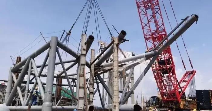 120米!近千吨!亚青会体育场最长、最重的钢结构管件开始吊装
