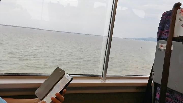 """鄱阳湖水位上涨动车变""""轮渡"""" 乘客感叹:之前还能看到岸边"""