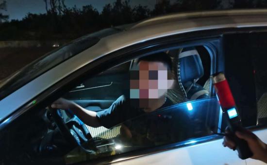 """郑州一小伙领证当天就酒驾被查 驾驶证还没捂热乎就此""""离别"""""""