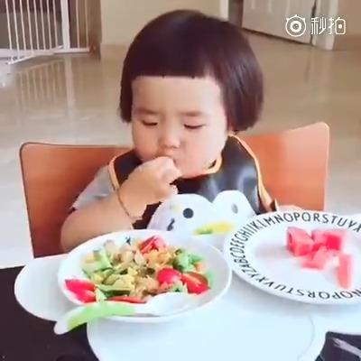 超可爱的小吃货宝宝~看她吃饭都感觉成了一种享受!