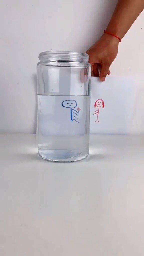 神奇的水,这个小游戏就只需要水和纸哦,赶紧和孩子试试!