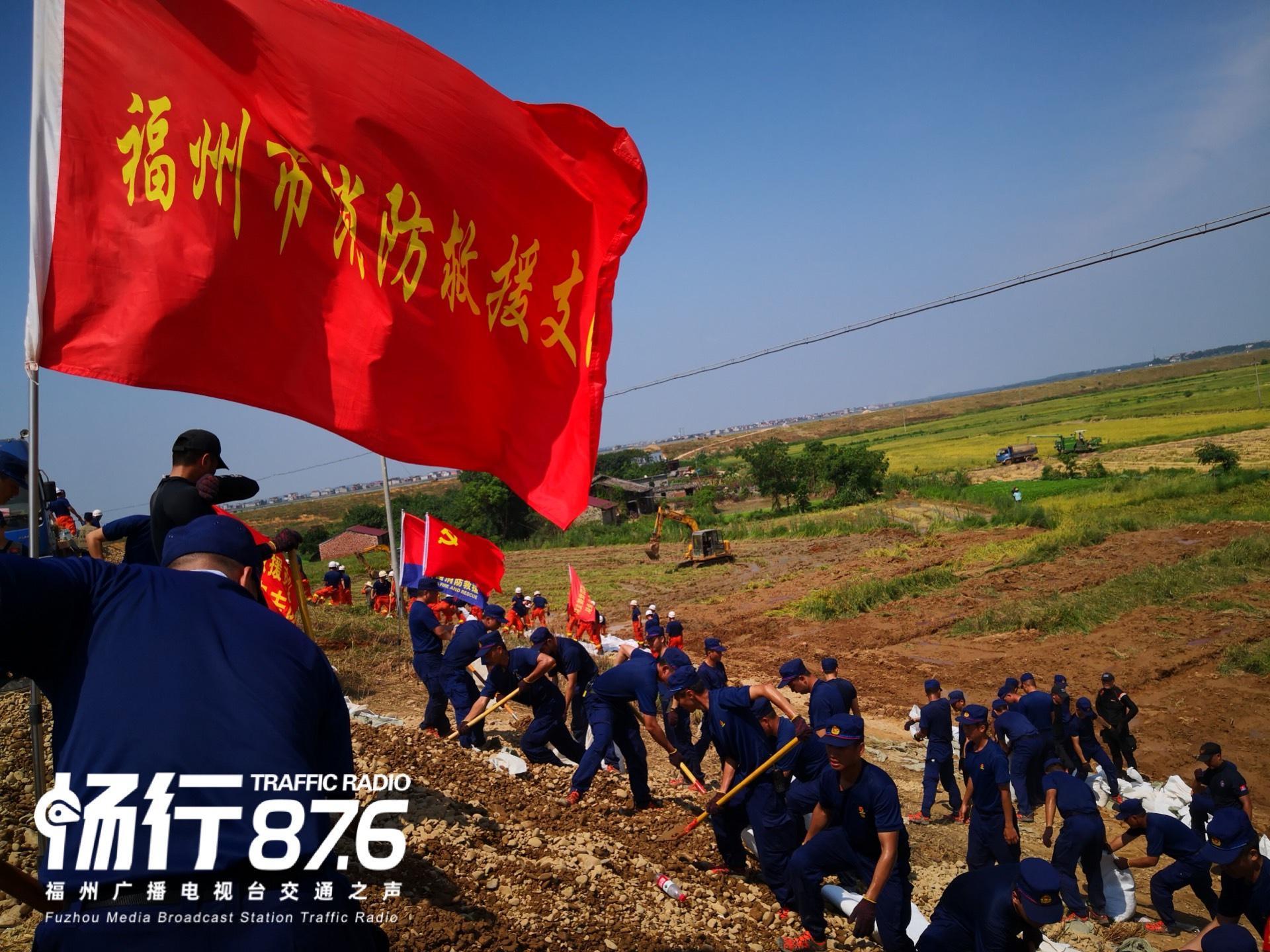福州市消防救援支队70名指战员头顶烈日装填沙袋