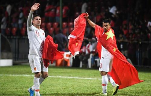 深夜0点!国足收到坏消息:世预赛对手喜迎大利好,中国进12强赛悬了