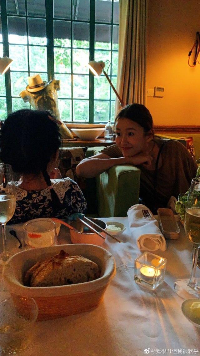 张子萱产后半年瘦身成功,腰细腿长身材逆天,笑得眼睛眯成一条缝