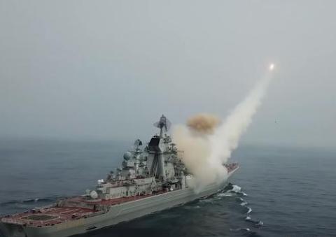 俄军舰对目标猛烈炮击,彼得大帝号火力全开,5天发射40多枚导弹
