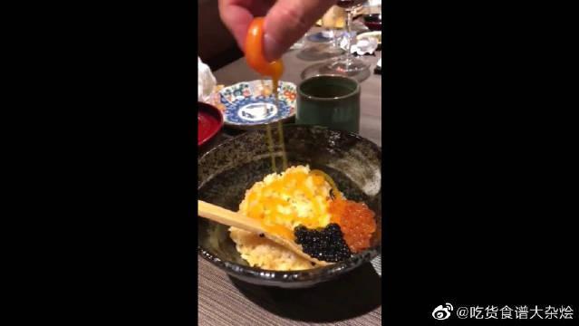 一千元的鱼子酱盖饭!这蛋黄能用手拿起来,当乒乓球玩都没问题吧