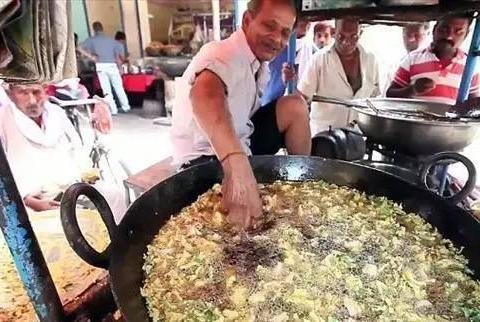 印度60岁老人徒手炸鸡肉40年,不怕油温,被称神之手