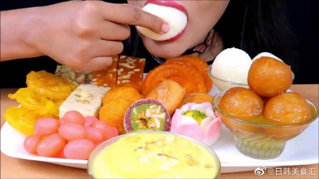 """国外女吃货吃一桌子的""""印度甜食""""……"""