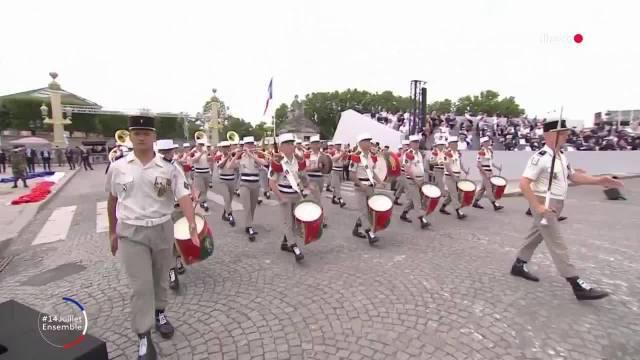 步行阅兵第一个出场的是法国外籍军团军乐队