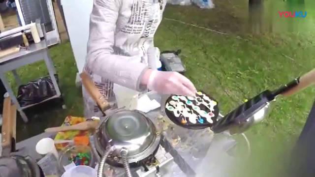 白俄罗斯街头的鸡蛋仔美食,里面还放了巧克力豆与香肠