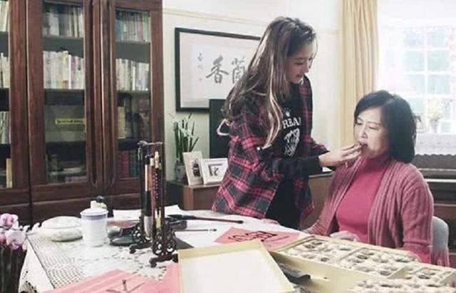关晓彤家中装修曝光,中式风格多是红木家具,一家人温馨和谐