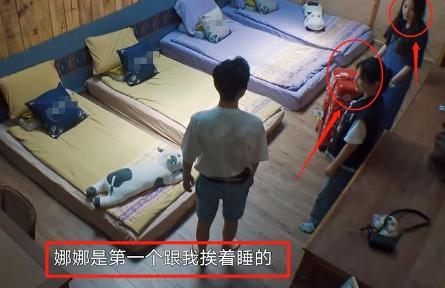 欧阳娜娜抱着张子枫睡觉,见张子枫腿放的位置,教养是装不出来的