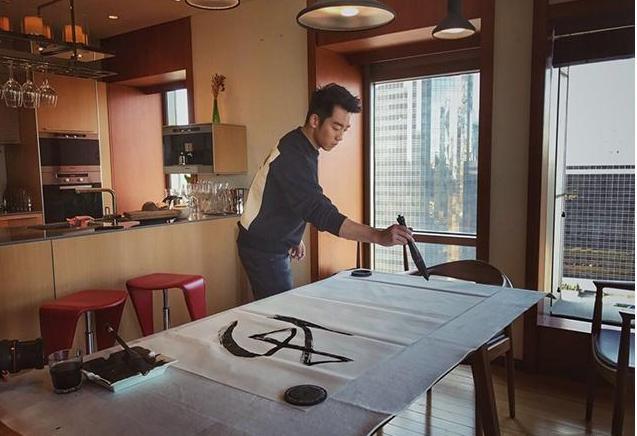 带你看看郑恺的豪宅,家里收拾比样板房还干净,喜欢在家练毛笔字