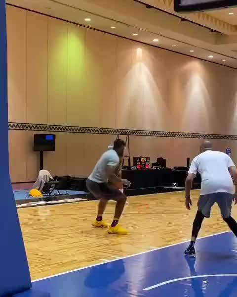詹姆斯跟浓眉哥今日训练视频!篮底拉杆不错