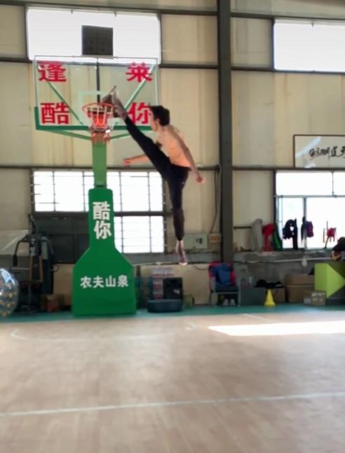 太牛了!中国网络红人跳起来头超篮筐,NBA之神乔丹也得服气?