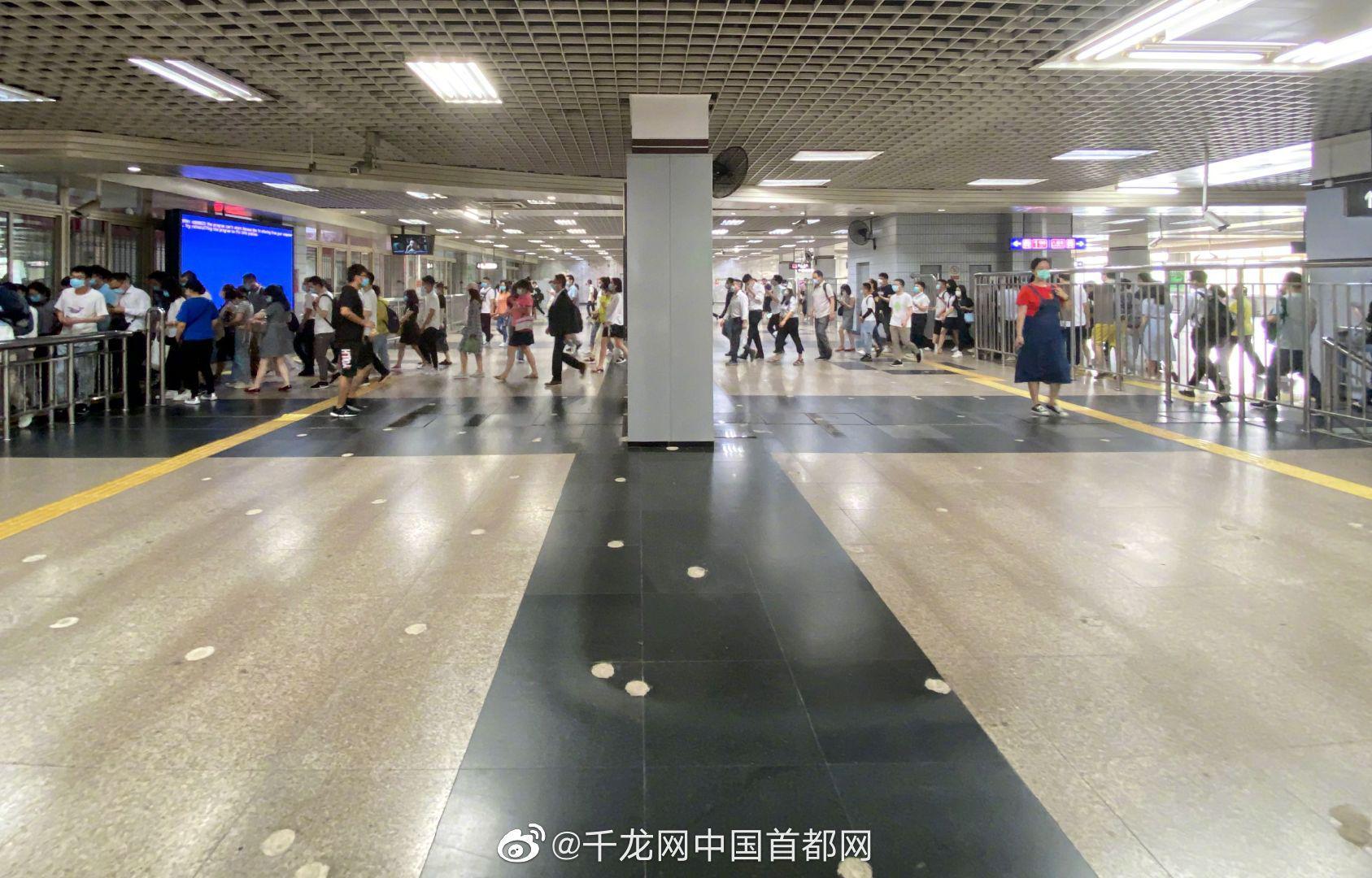 北京地铁站导流围栏陆续下岗 乘客不用再绕路