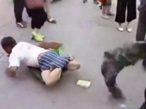 男子街头扒乞丐的裤子,接下来令所有人愤怒!
