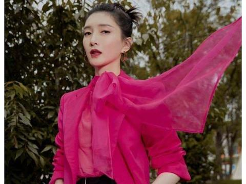 不愧是连胡歌都能迷倒的女人,江疏影红色西装出镜,尽显御姐气质