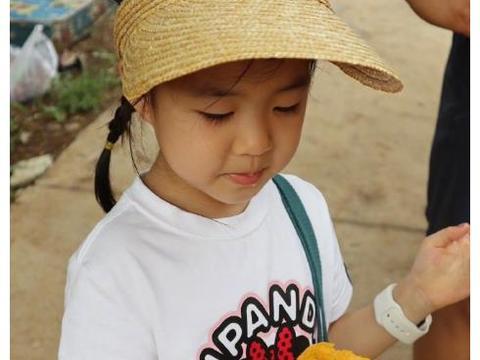 汪峰带孩子摘桃子,15岁小苹果身高赶超章子怡,长相酷似葛荟婕