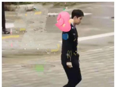 王一博返回到组拍摄《冰雨火》,他穿着军装,高大英俊,做完后