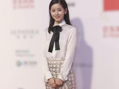 章泽天太有气质了,穿白衬衣配半身裙优雅时髦,尽显婀娜多姿美态
