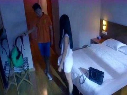 辞职服务员透露:为何情侣住酒店,最好拔掉这种电子设备的插头?
