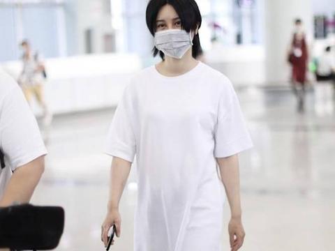 尚雯婕街拍:白色T恤裙叠穿铅笔裤尖头皮鞋朴素接地气