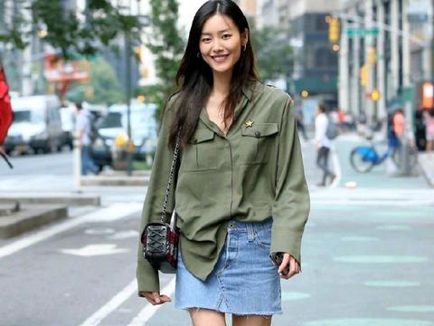 刘雯日常穿搭好低调!军绿色衬衫配牛仔短裤简约随性,舒适自然