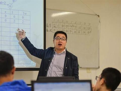 未来想当一名高校教师?教育生涯和述职路程告诉你,不简单!