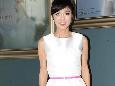 米雪年龄越大越抢镜,穿白色绸缎连衣裙扎丸子头,回归少女般颜值
