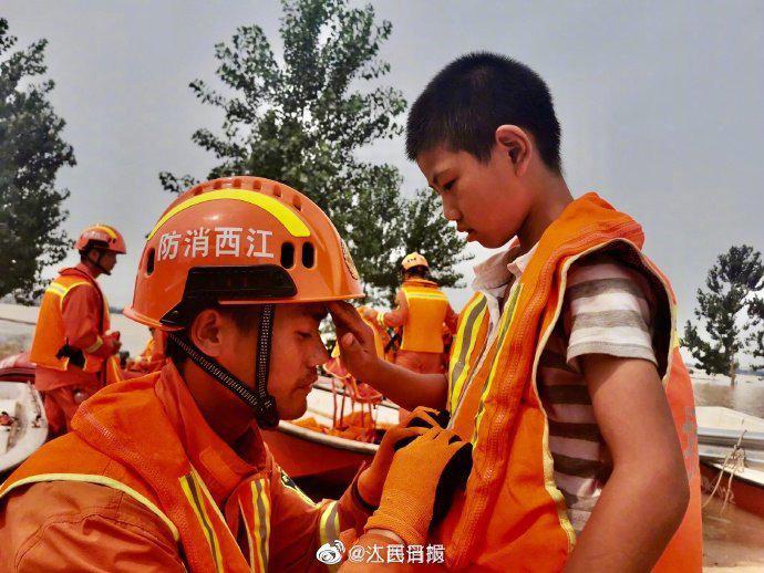 好暖!被救小男孩为消防员擦汗