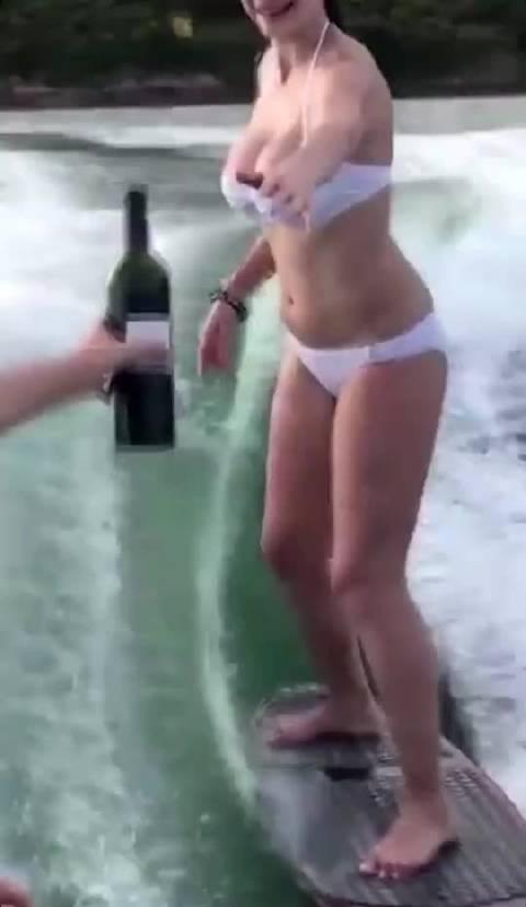 冲浪🏄 另外,趴在冲浪板的位置也不宜过前和过后……