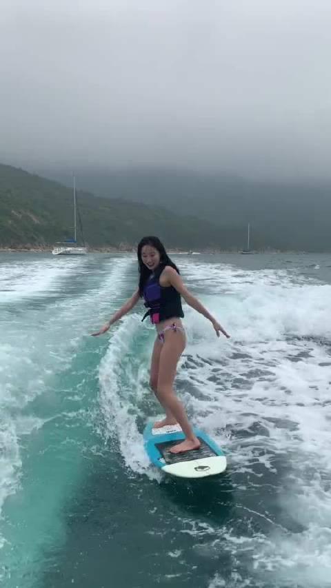 上冲浪板时,要从斜后方上板……