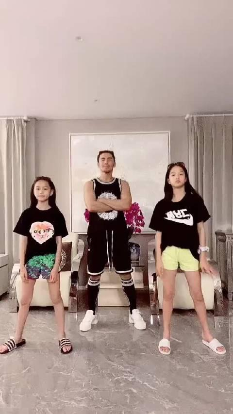 张伦硕 真的是个好爸爸 常常在抖音热门刷到他和女儿的视频 又帅